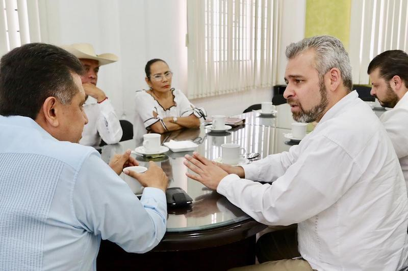 Ramírez Bedolla expuso su propuesta de reforma y la iniciativa de ley de presupuesto participativo al presidente municipal de Apatzingán, José Luis Cruz Lucatero, y jefes de tenencia de San Antonio la Labor, Santiago Acahuato, Holanda, y Cenobio Moreno