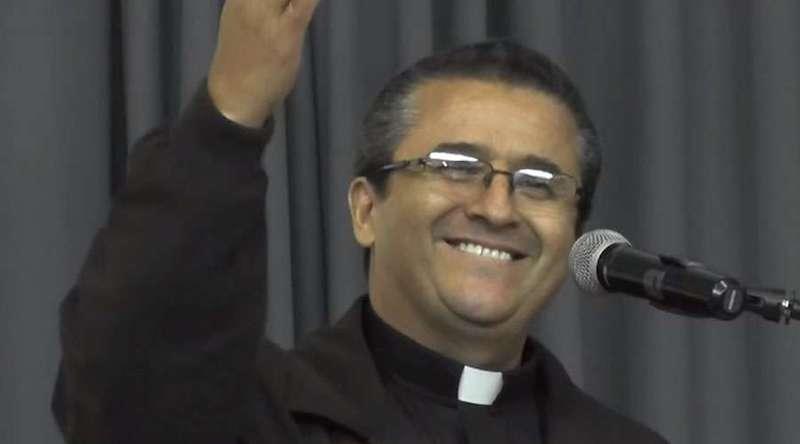 El Obispo electo nació el 21 de agosto de 1963 en El Paso de Tierra Caliente en Michoacán