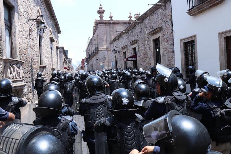 Elementos policiales restauraron el orden e impidieron que el connato trascendiera y generara más daño, como el provocado durante el connato registrado