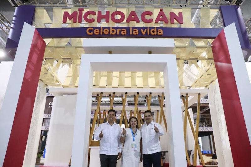 Silvano Aureoles revisa el montaje del stand de Michoacán Celebra la vida, inspirado en nuestras raíces culturales