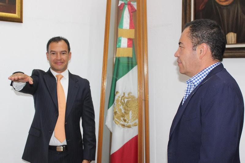 El funcionario entrante es Licenciado en Derecho por la UMSNH, además las maestrías en Derecho por la propia Casa de Hidalgo y en Derecho Parlamentario por la Universidad Autónoma del Estado de México