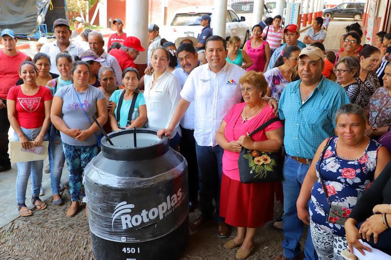Juan Carlos Barragán, titular de la Sedesoh, acompañado del presidente municipal, encabezaron la entrega de los apoyos enmarcados en el programa Casa Bienestar