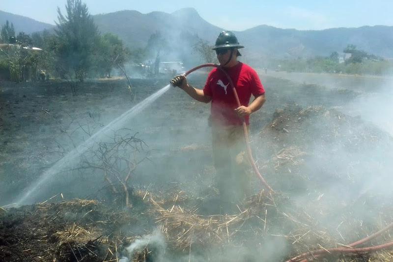 Por instrucciones del secretario de Gobierno, Carlos Herrera, personal de protección civil y equipamiento de las coordinaciones regionales apoyan desde el primer momento, las labores de combate a las llamas