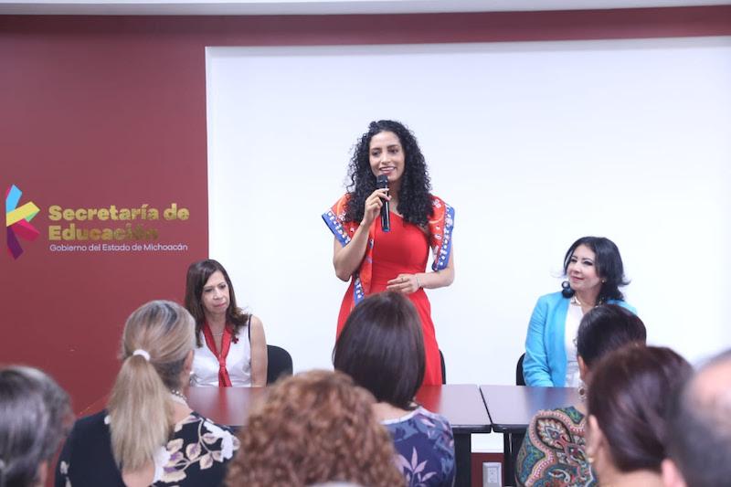 La embajadora de la Cruz Roja de Michoacán, Edna Díaz Acevedo, en su recorrido por las instalaciones de la SEE, compartió que esta colecta 2019 suma a talentos artísticos, culturales o deportivos en los municipios de Michoacán