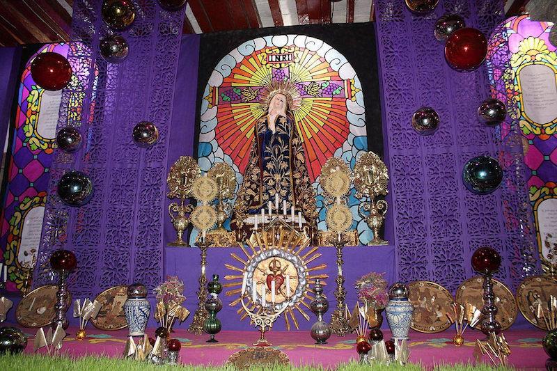 La Virgen Dolorosa, como también es conocida, encarna siete dolores que la madre de Jesús sufre antes de concretizarse la pasión y muerte de Jesucristo