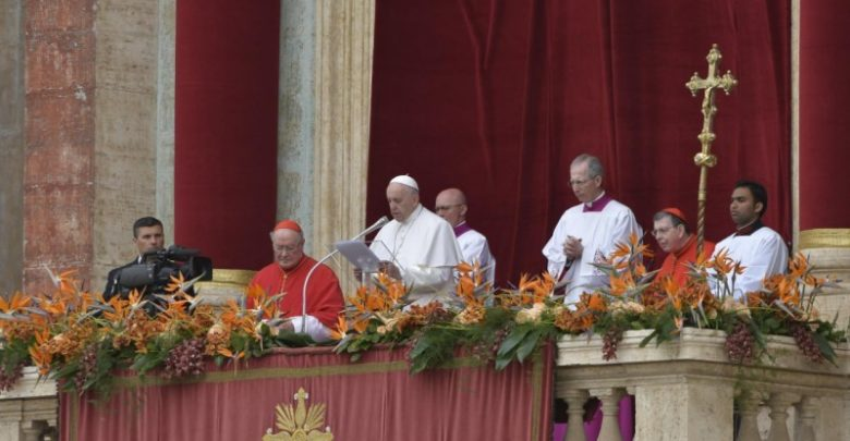 """El Papa Francisco invita a toda la humanidad a abrir """"nuestros corazones a las necesidades de los menesterosos, los indefensos, los pobres, los desempleados, los marginados, los que llaman a nuestra puerta en busca de pan, de un refugio o del reconocimiento de su dignidad"""""""