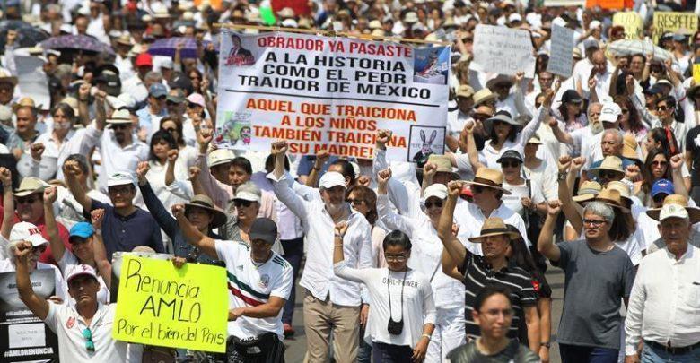 """Alrededor de 15,000 personas marcharon del icónico Ángel de la Independencia hasta el Monumento a la Revolución de la capital coreando consignas como """"Fuera AMLO"""""""