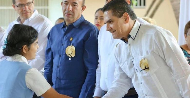 En Michoacán no habrá una sola escuela de palitos, destaca el gobernador al acudir a donde cursó sus estudios básicos