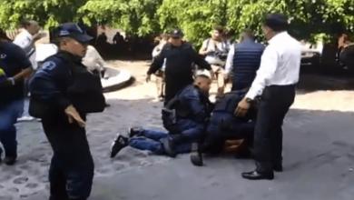 De acuerdo con videos difundidos en redes, el presunto agresor trató de huir de la zona pero fue detenido y esposado por elementos de seguridad